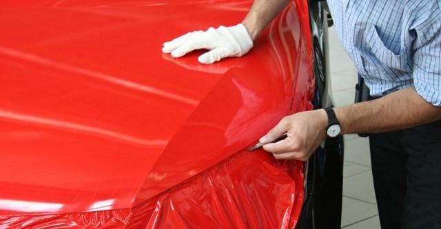 Процесс оклеивания автомобиля